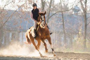 vrouw op paard galopperen